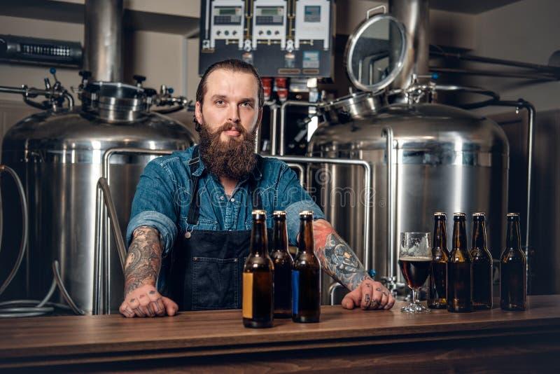 Een mens die bier in microbrewery voorstellen royalty-vrije stock foto's