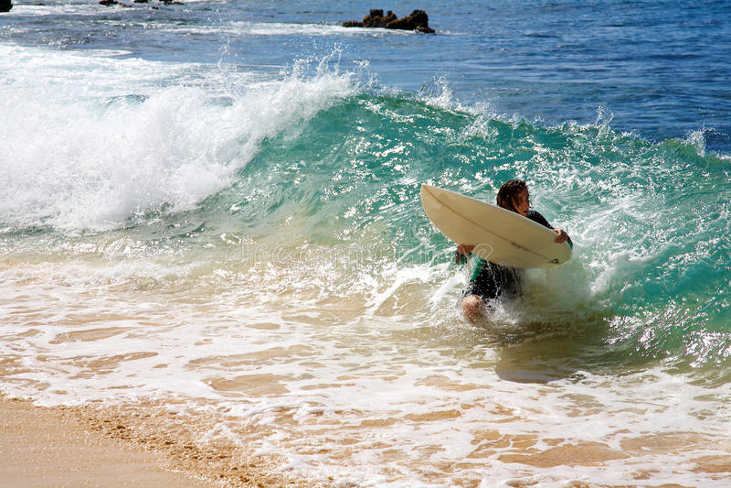 Een mens die bij Groot Strand in Maui skimboarding royalty-vrije stock foto