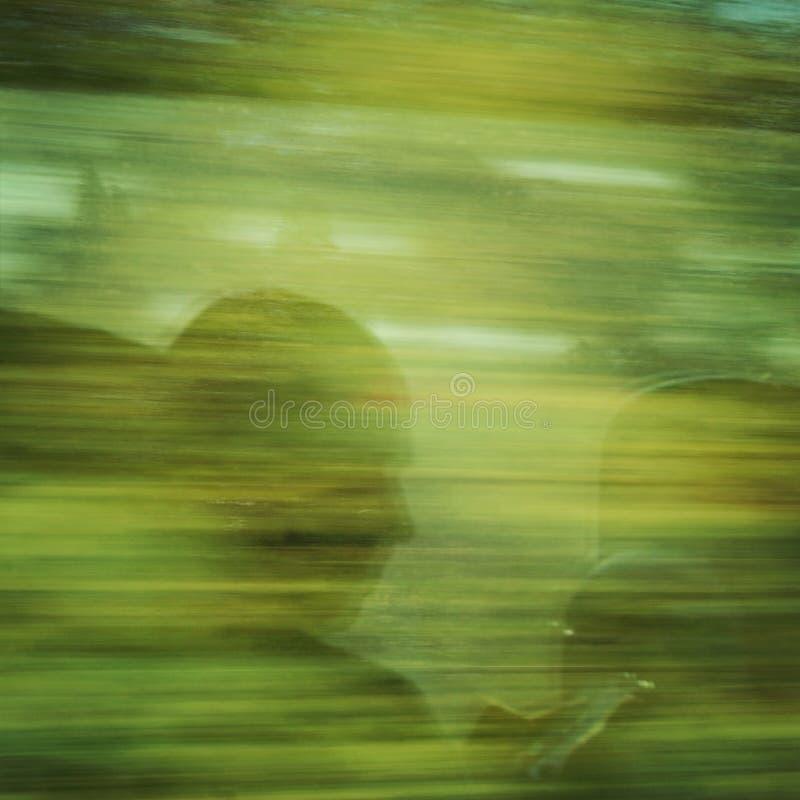 Een mens die bij zijn smartphone staren Bezinning in de bewegende trein royalty-vrije stock foto's