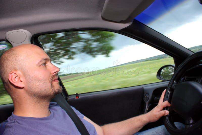 Een mens die een auto drijft stock fotografie