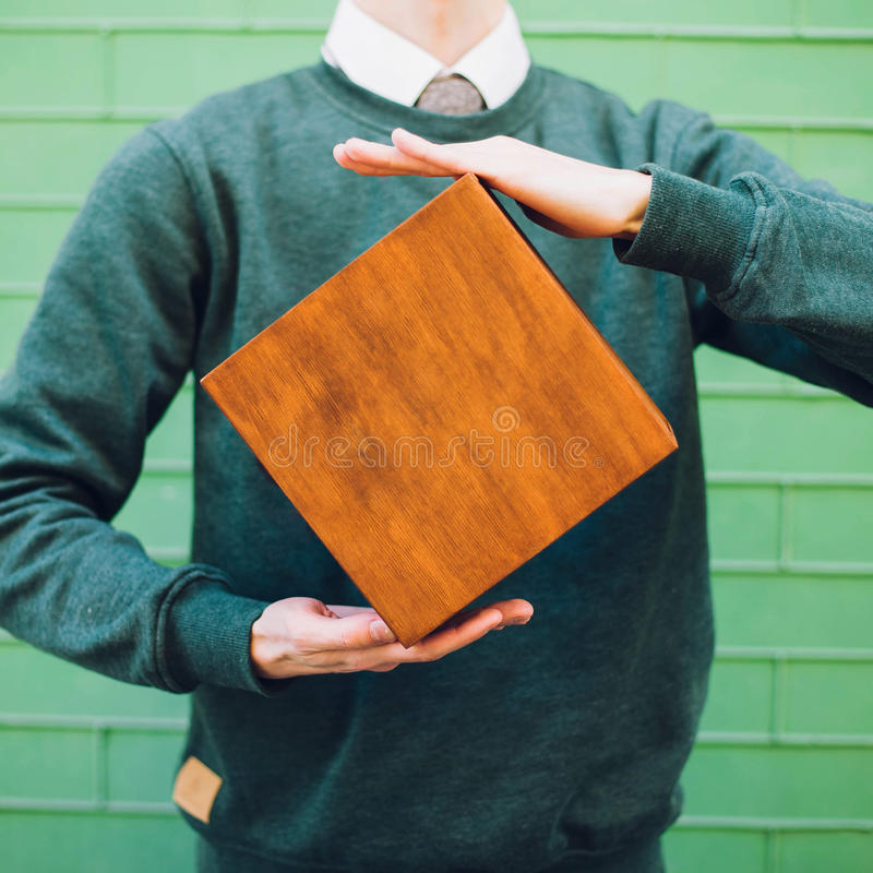 Een mens die een houten doos houden stock afbeeldingen