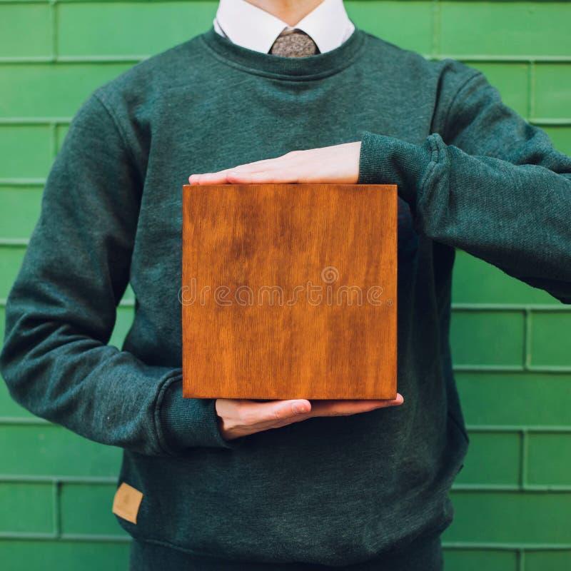 Een mens die een houten doos houden royalty-vrije stock foto
