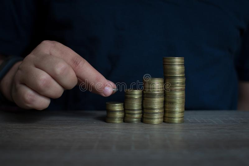 Een Mens die geld stapelen als concept voor succes of besparingen, investering royalty-vrije stock foto's