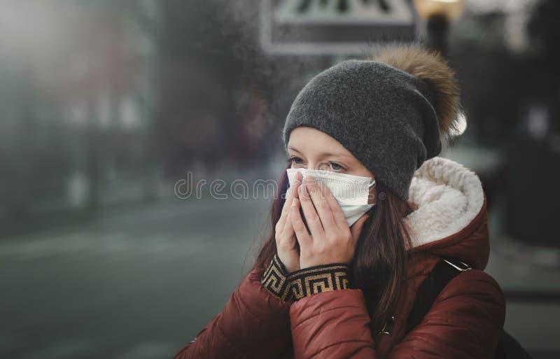 Een mens die een masker op de straat dragen Bescherming tegen virus en greep stock afbeelding