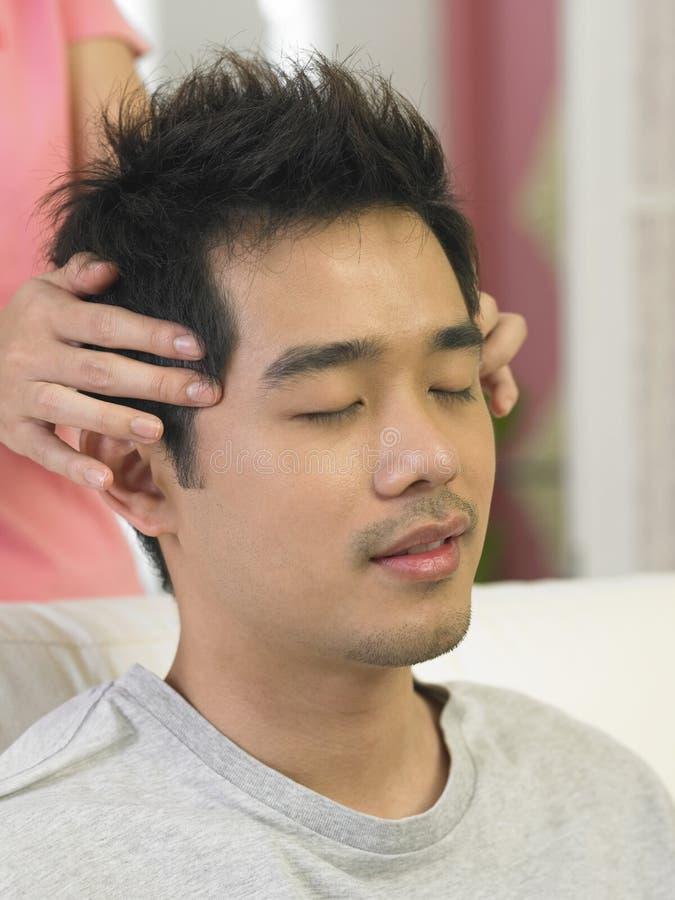 Een mens die massage is royalty-vrije stock afbeeldingen