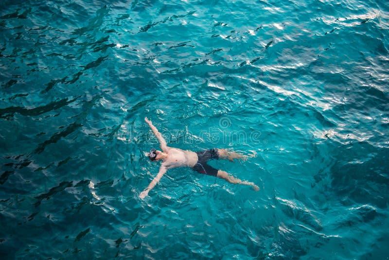 Een mens die met duidelijk water in het overzees in Similan Marine Nat zwemmen royalty-vrije stock foto's