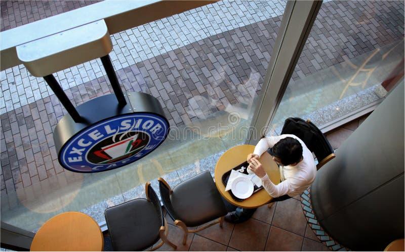 Een Mens die ontbijt nemen alleen bij Houtwol stock foto