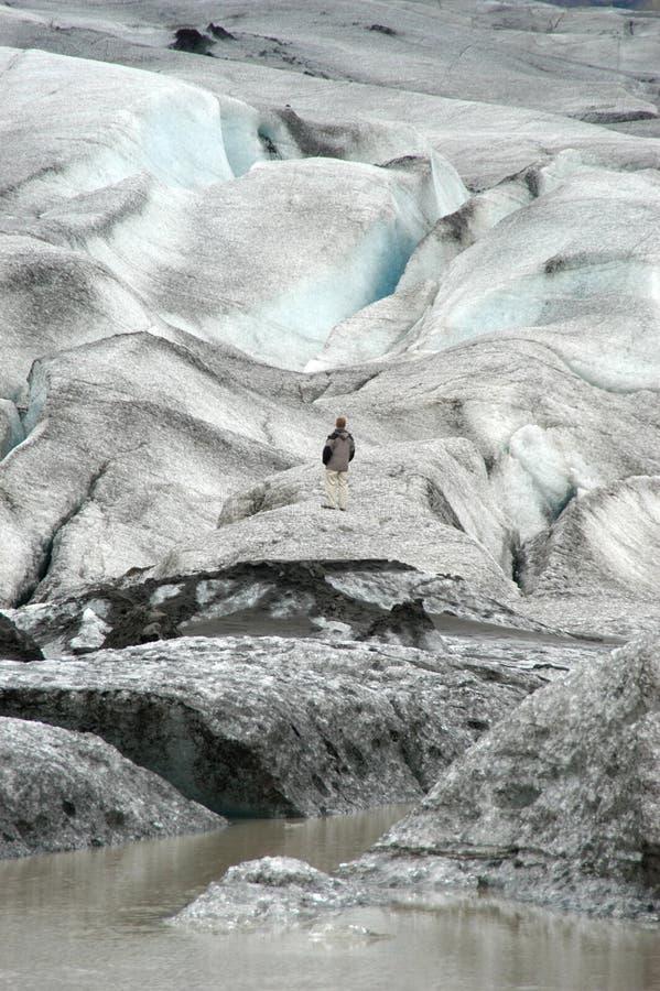 Een mens die op een Gletsjer loopt royalty-vrije stock foto's