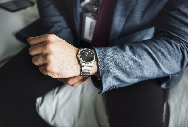 Een mens die op een horloge zetten stock foto's