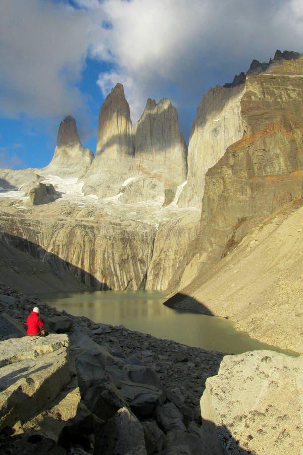 Een mens die in rood Torres del Paine torens bekijkt royalty-vrije stock foto's