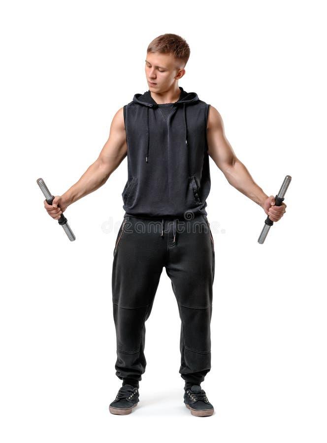 Een mens die in sportkleding een lege dumbellbar in elke die hand houden op de witte achtergrond wordt geïsoleerd stock afbeelding