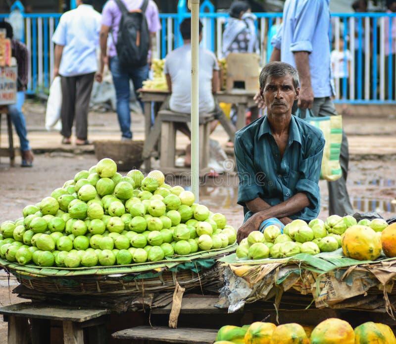Een mens die verse vruchten in Kolkata, India verkopen stock foto