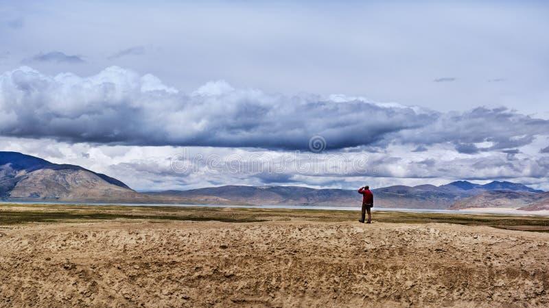 Een mens die zich door het Peiku-meer bevinden royalty-vrije stock afbeelding
