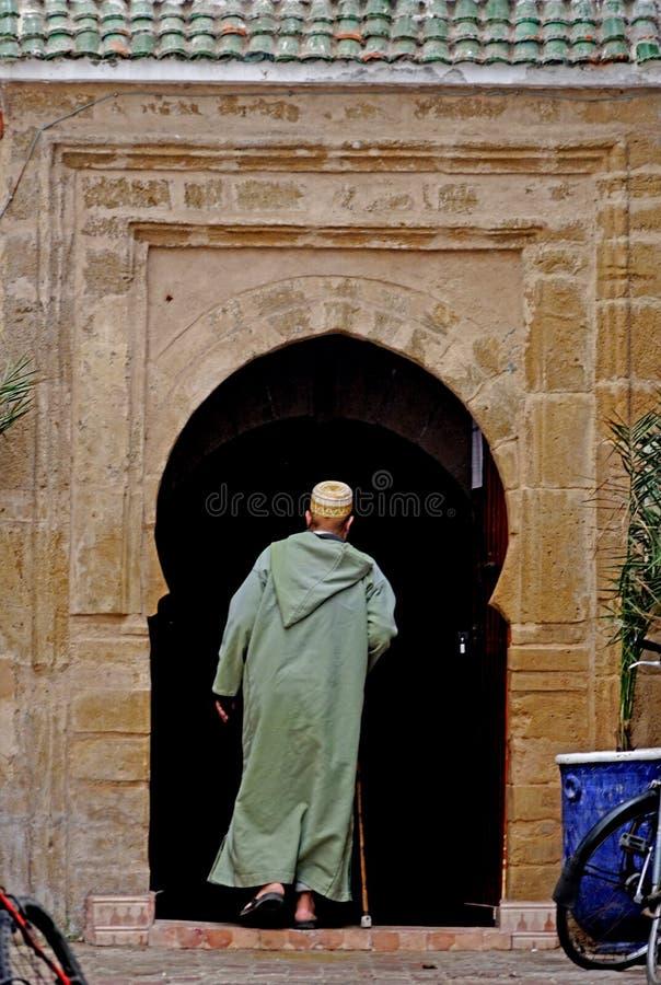 Een mens die zijn huis ingaan bij medina Essaouira royalty-vrije stock foto