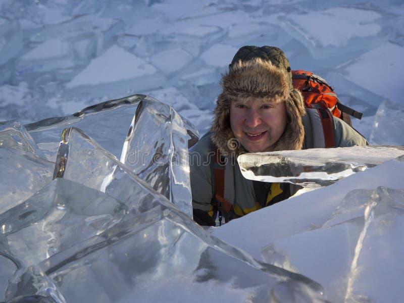 Een mens door ijsijsschollen wordt omringd die vooruit eruit zien die Meer Baikal, Russ royalty-vrije stock foto