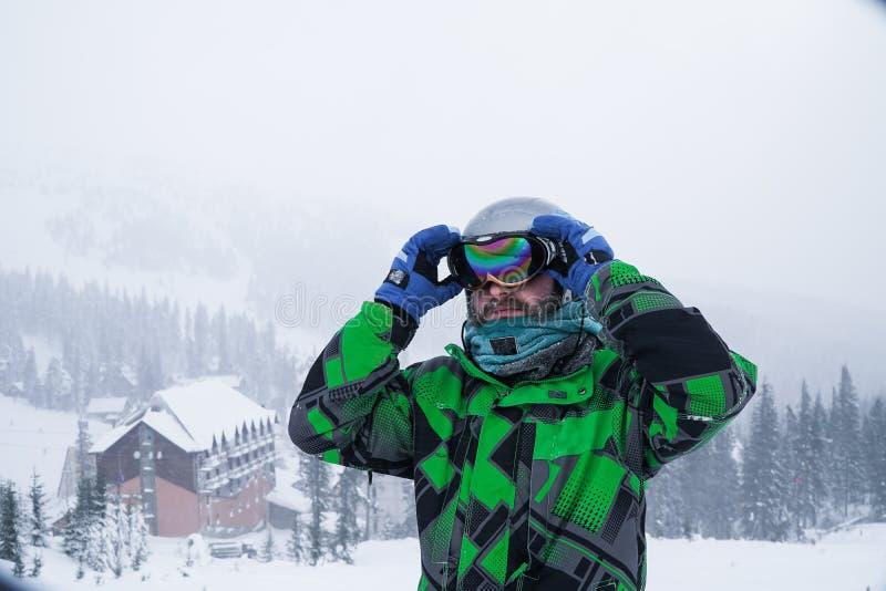 Een mens draagt een skimasker recreatieskiër in de bergen stock fotografie