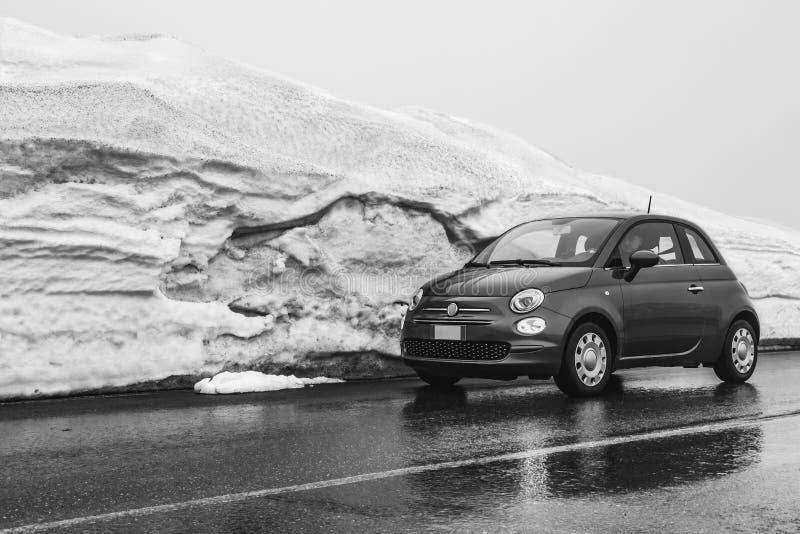 Een mens drijft een kleine auto op een natte weg in de bergenvulkaan Etna in de winter in Sicilië royalty-vrije stock afbeeldingen