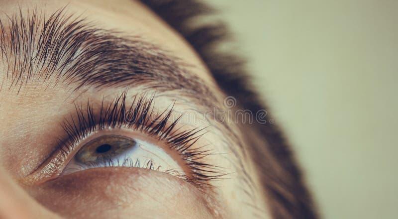 Een mens druipt open menselijk oog met heldere rode slagadersdalingen om visie dichte omhooggaand te verbeteren irritatie en rood royalty-vrije stock foto