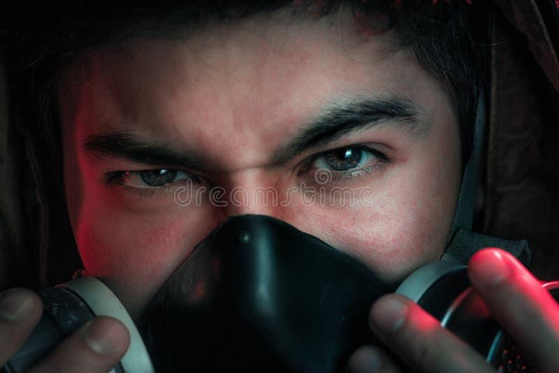 Een mens in een gasmasker op een zwarte achtergrond royalty-vrije stock afbeelding