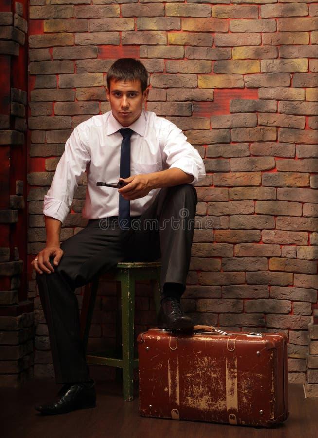 Een mens en een koffer royalty-vrije stock foto's