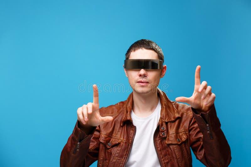 Een mens gebruikt de glazen van virtuele werkelijkheid stock fotografie