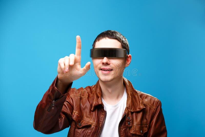 Een mens gebruikt de glazen van virtuele werkelijkheid royalty-vrije stock foto