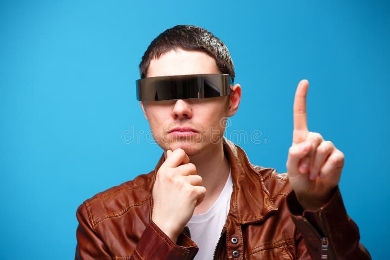 Een mens gebruikt de glazen van virtuele werkelijkheid stock foto's