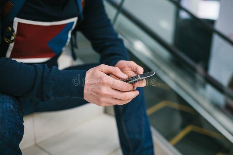 Een mens gebruikt mobiele telefoontoepassingen voor sociale mededeling royalty-vrije stock afbeeldingen