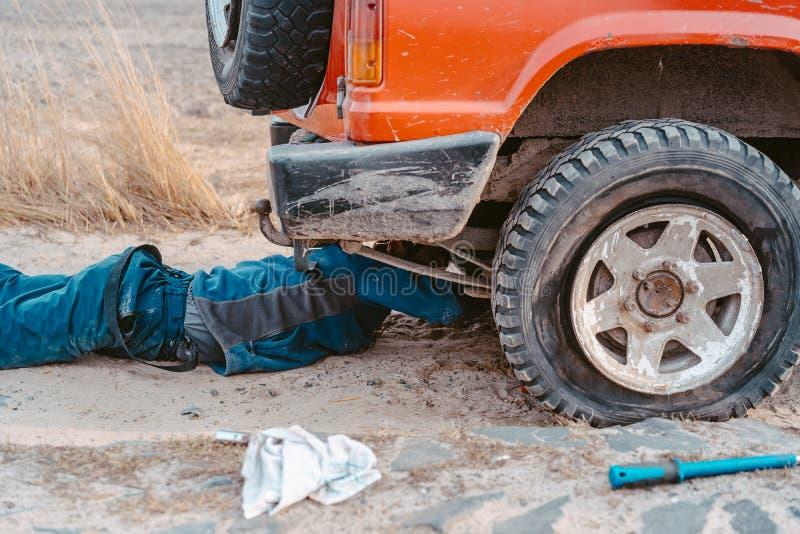 Een mens heft op een hefboom 4x4 op van wegvrachtwagen stock afbeeldingen