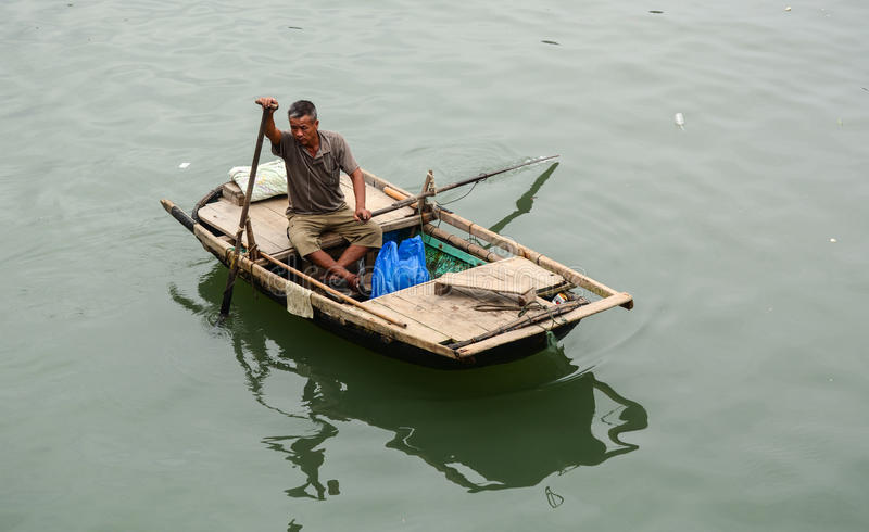 Een mens het roeien boot op het overzees in Haiphong, Vietnam stock foto