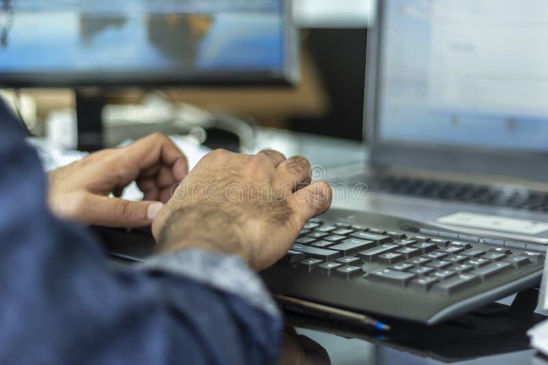 Een mens het typen bluetooth toetsenbord royalty-vrije stock afbeelding