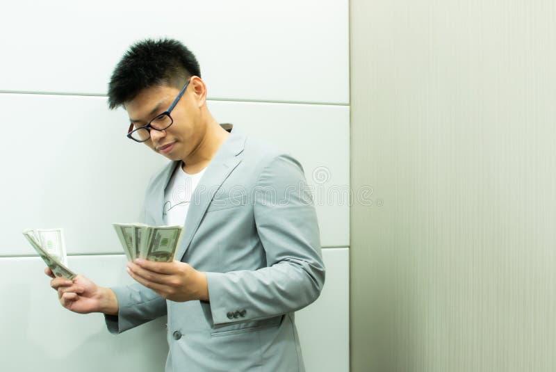 Een mens houdt bankbiljetten stock foto