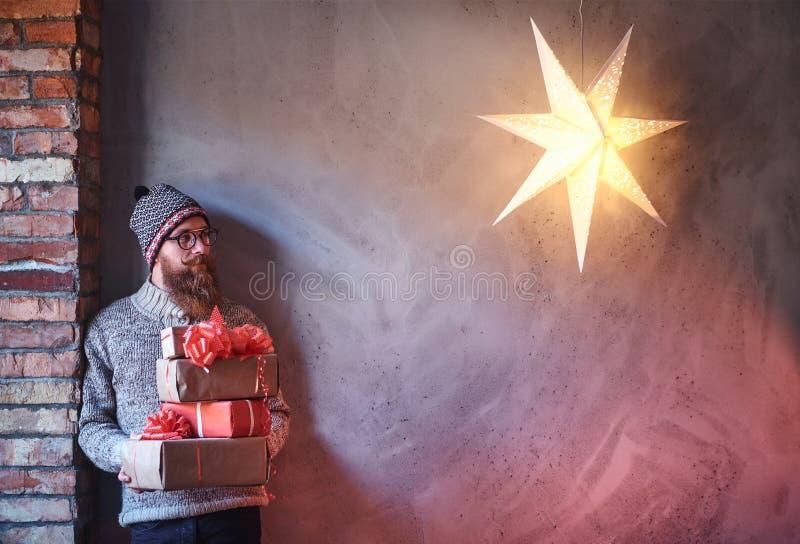 Een mens houdt Kerstmisgiften royalty-vrije stock afbeelding