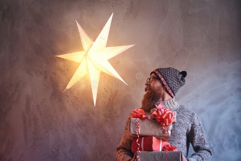 Een mens houdt Kerstmisgiften royalty-vrije stock fotografie