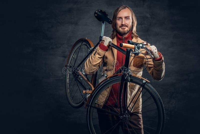 Een mens houdt vaste fiets royalty-vrije stock fotografie