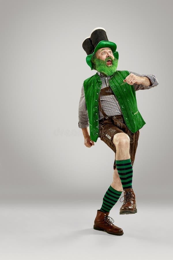 Een mens in een kabouterhoed bij studio Hij viert St Patrick Dag royalty-vrije stock foto's