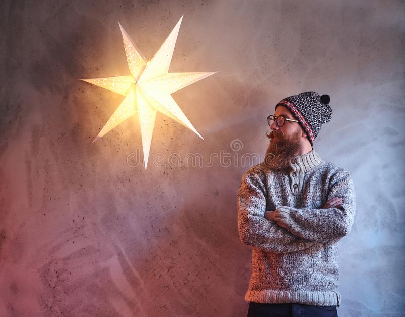Een mens kleedde zich in een warme sweater royalty-vrije stock foto