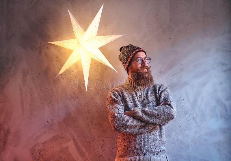 Een mens kleedde zich in een warme sweater royalty-vrije stock fotografie