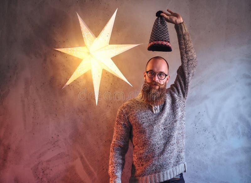 Een mens kleedde zich in een warme sweater royalty-vrije stock foto's
