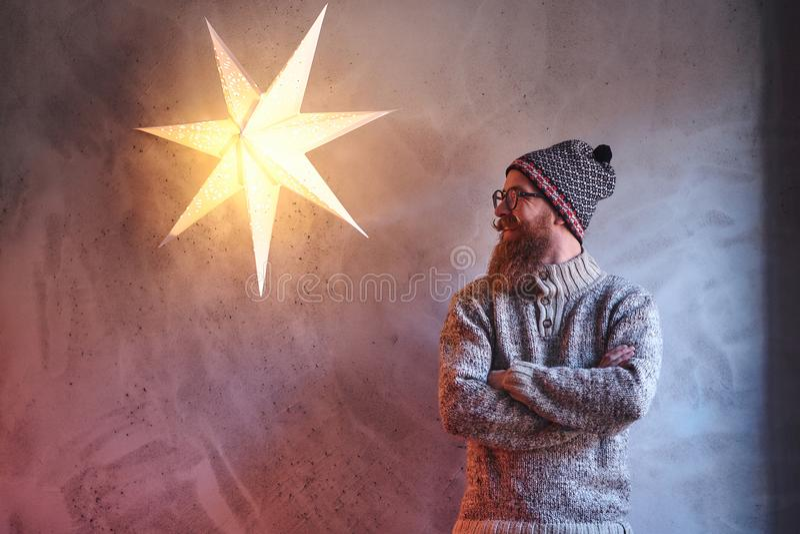 Een mens kleedde zich in een warme sweater stock foto's