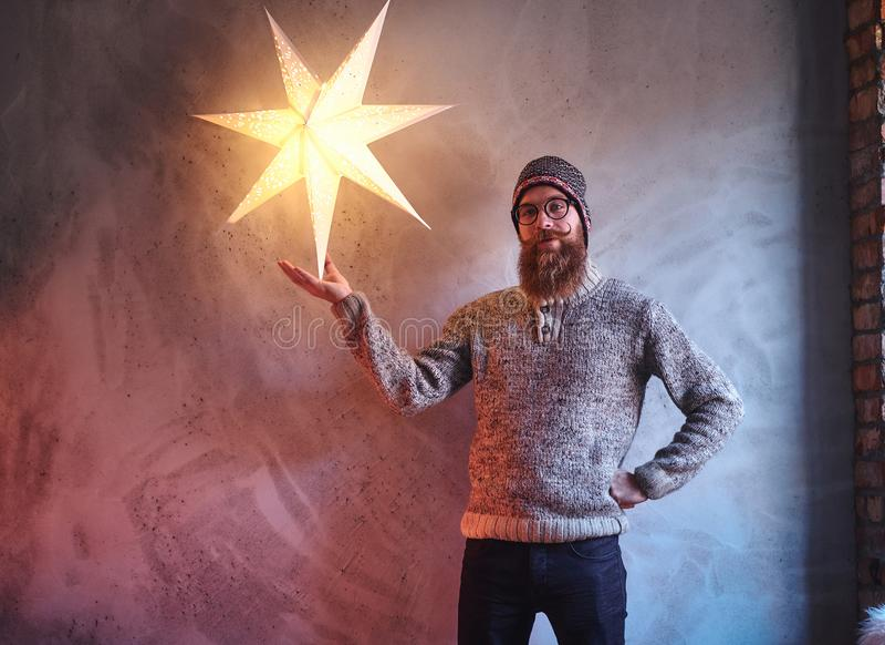 Een mens kleedde zich in een warme sweater royalty-vrije stock afbeelding