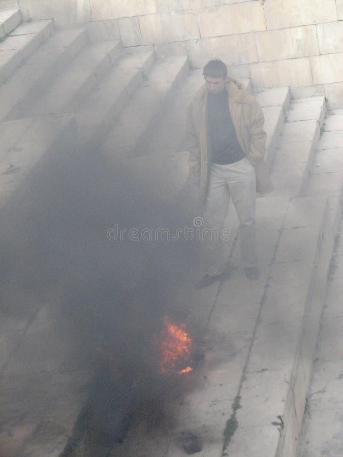 Een mens let op een brandbrandwond tijdens Nowruz-vieringen in Baku, Azerbeidzjan stock afbeelding