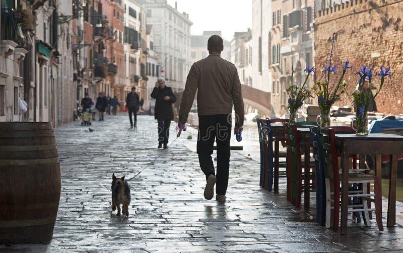 Een mens loopt zijn hond in Cannareggio, Venetië royalty-vrije stock fotografie