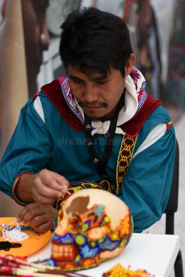 Een mens maakt herinneringen Kleurenfoto stock foto's