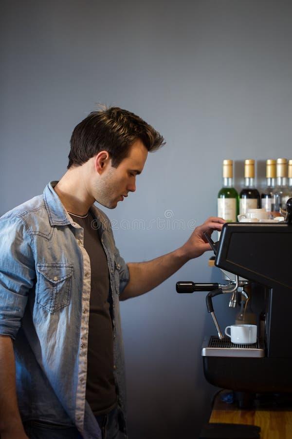 Een mens maakt koffie royalty-vrije stock foto