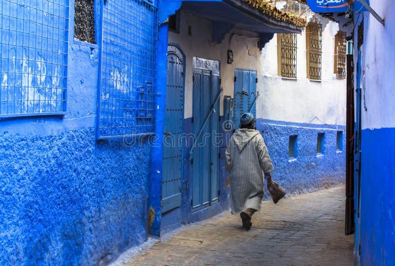 Een mens in Medina van Chefchaouen in Marokko royalty-vrije stock foto's