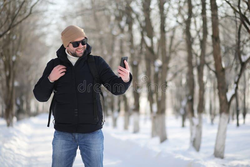Een mens met de rugzak ijzige winter stock foto