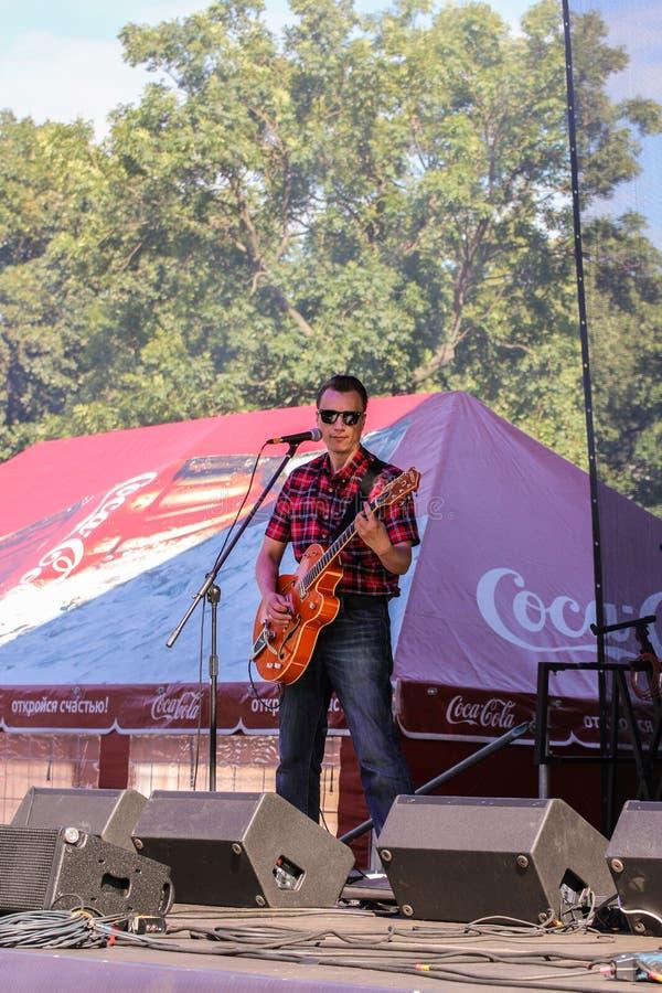 Een mens met een gitaar stock fotografie