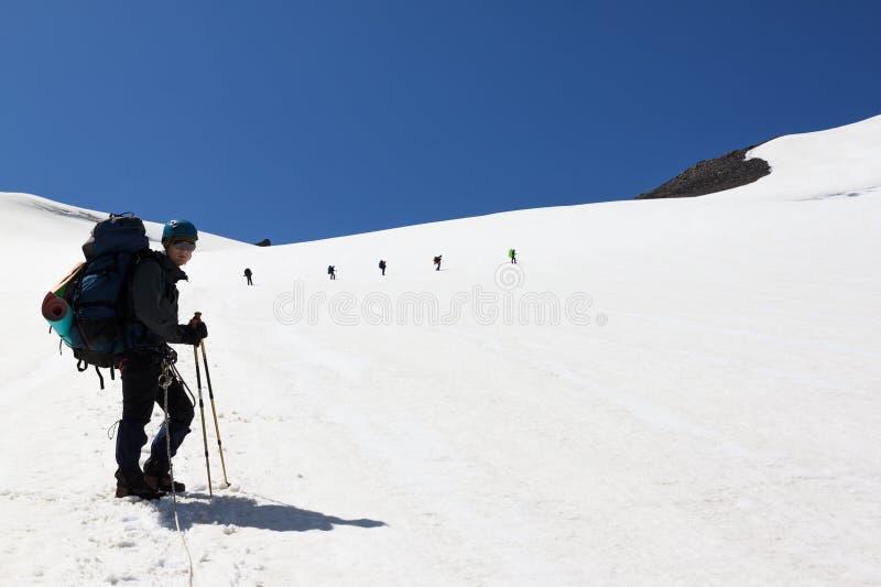 Een mens met een rugzak op een achtergrond van bergen royalty-vrije stock afbeeldingen