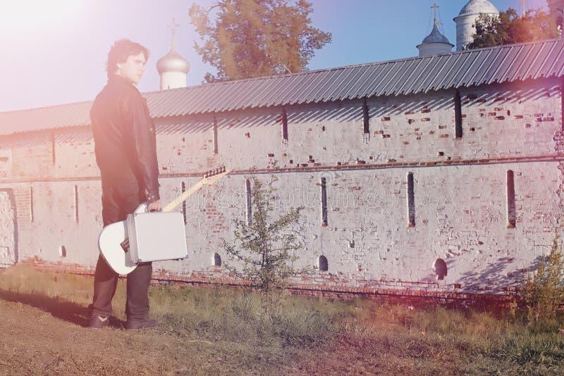 Download Een Mens Met Een Elektrische Gitaar Op De Spoorweg Een Musicus In Le Stock Afbeelding - Afbeelding bestaande uit kaukasisch, toevallig: 107706995